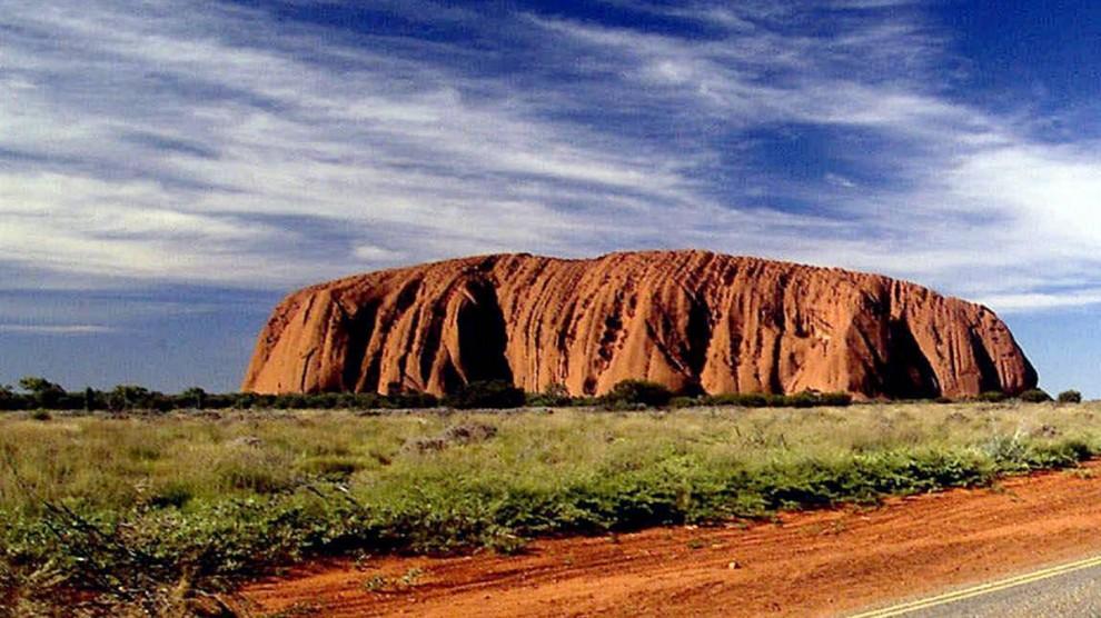 ) Австралийская гора Улуру или по-другому, скала Айерс, возвышается на 1,135 футов. В июле 2009 было внесено предложение запретить туристам подниматься на знаменитую гору в целях сохранения  уникальной достопримечательности и в целях безопасности самих туристов. (Greg Saray / AP)