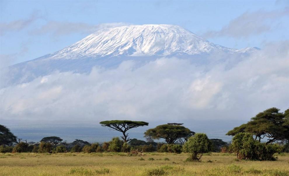 ) Национальный Парк Килиманджаро в 1987 году включен в список всемирного наследия Юнеско. Гора Килиманджаро является самой высокой в Африке, ее высота составляет 19,340 футов. (Mladen Antonov / AFP - Getty Images)