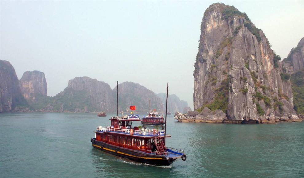 ) Из-за постоянных осадков большинство островов Халонг Бэй необитаемы. Эти острова, разные по величине и форме, богатые известняком, расположены во вьетнамской провинции Кван Нинь. (AFP - Getty Image)