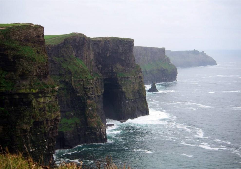 ) Одной из достопримечательностей Ирландии являются утесы Мохер 650 футов высотой. У подножия абсолютно отвесных утесов расстилается Атлантический океан. (Dan Nephin / AP)