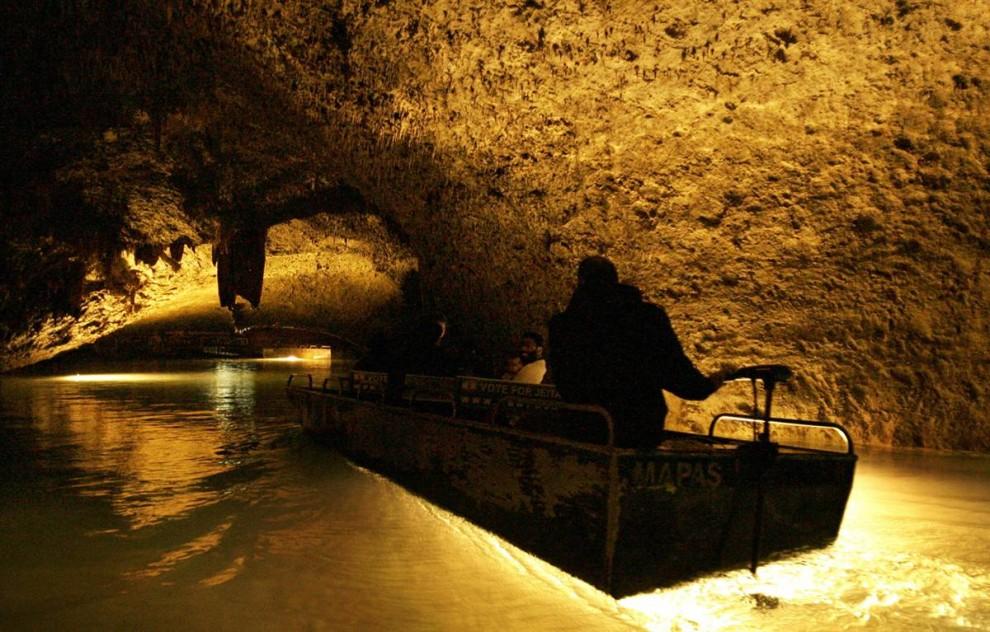 ) Ливанское правительство надеется, что грот Джейта, расположенный на севере Бейрута, и знаменитый прекрасными сталактитами и сталагмитами станет главной достопримечательностью лета 2009. Ожидается около 2 миллионов туристов. (Joseph Eid / AFP - Getty Images)