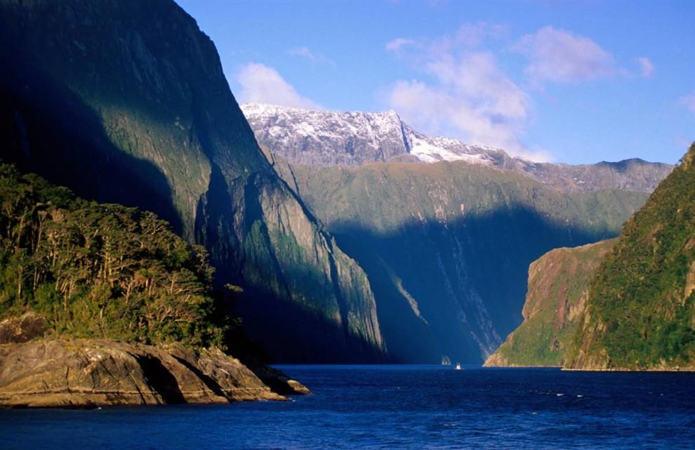 ) Милфорд Саунд является визитной карточкой Новой Зеландии. Ежегодно отвесные скалы, низвергающиеся водопады и густые леса привлекают до 500 000 туристов.  (Peter Hendrie / Lonely Planet)