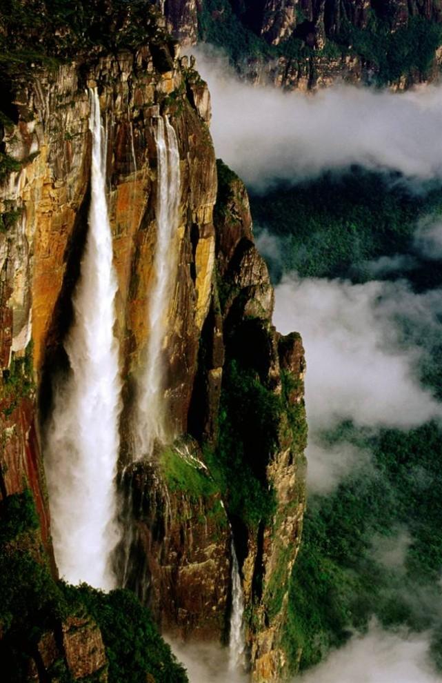 ) Самый высокий водопад в мире Анхель находится на границе Венесуэлы и Бразилии. Высота водопада составляет 3,200 футов. (Krzysztof Dydynsk / Lonely Planet)
