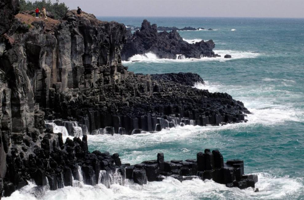 ) Остров Чеджу-до расположен в 80 милях от южного берега Кореи. На острове находится недействующий вулкан Халласан 6,400 футов высотой. (Wade Eakle / Lonely Planet)