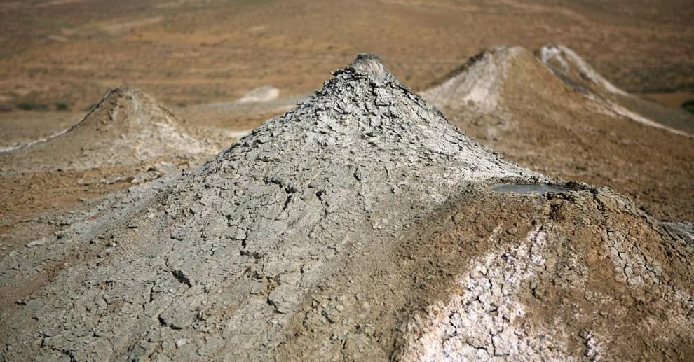 ) В мире насчитывается около 700 грязевых вулканов. 300 из них расположены в азербайджанском Гобустане и Каспийском море. В Азербайджане извержения этих вулканов происходит, когда просачивающаяся вода начинает выталкивать грязь, залегающую глубоко на дне. (Paul Segner / msnbc.com)