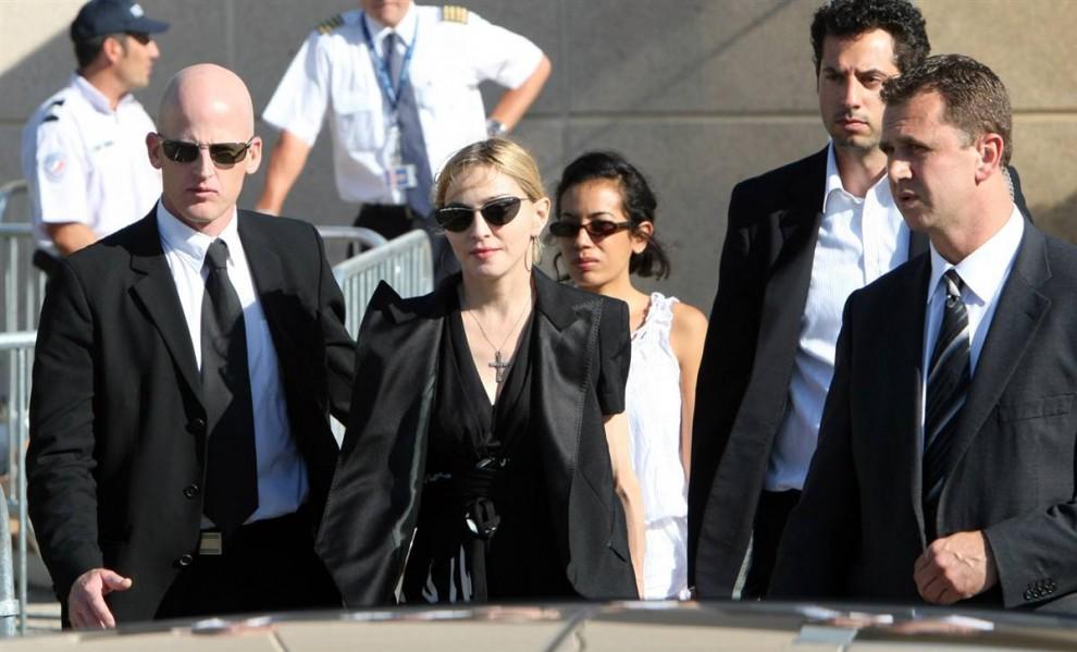 2) В воскресенье 19 июля Мадонна посетила 8 рабочих, которые пострадали во время монтажа сцены перед концертом в Марселе, Франция. В результате обрушения сцены 2 рабочих погибли. (Claude Paris/AP)