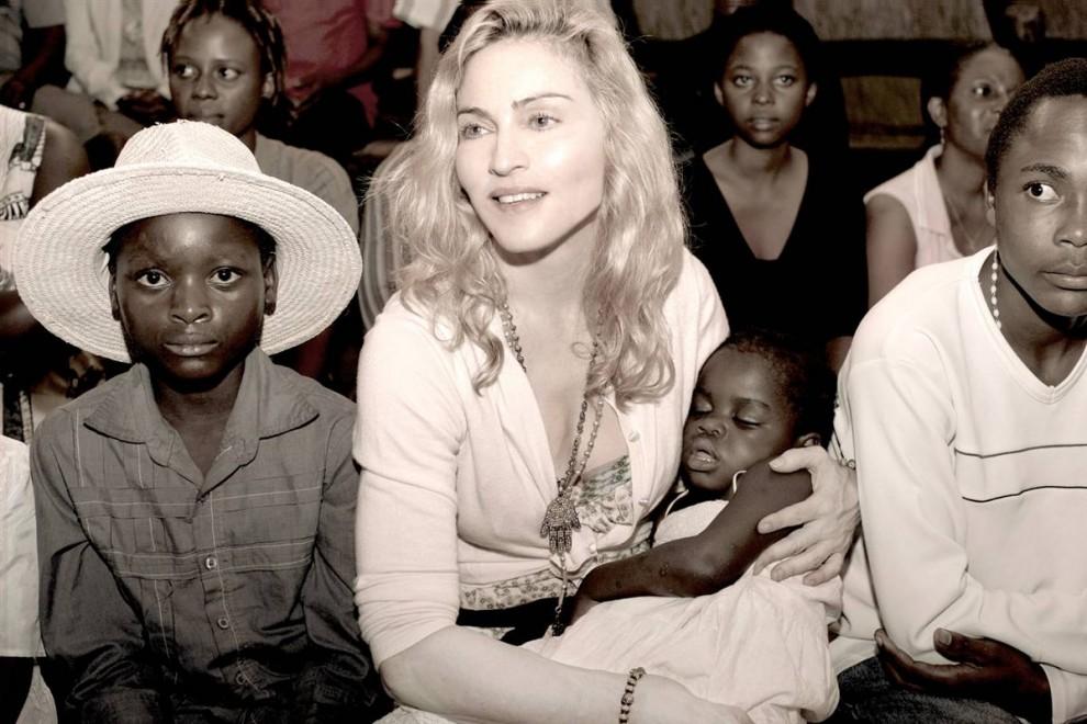 3) Мадонна держит на руках 3-х летнюю Чифундо Мерси Джеймс (фото не датировано). В июне 2009 года  малавийский суд дал разрешение певице на удочерение девочки. (Tom Munro/Warner Brothers Records via Reuters)
