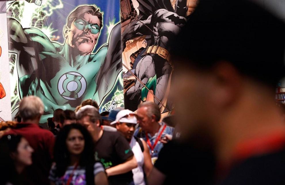 36) Герои комиксов Зеленый фонарь (Green Lantern) и Бэтмен (Batman) возвышаются над зрителями, уже собравшимися на предварительный осмотр выставки на фестивале Comic-Con22 июля, 2009. (Michael Buckner/Getty Images)