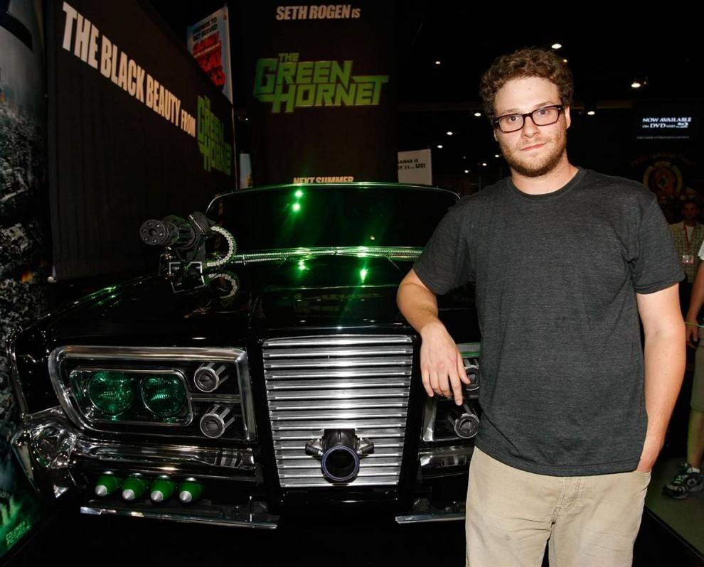 35) Сет Роген на фоне Black Beauty («Черная красавица»), машины из нового фильма «Зеленый шершень» (The Green Hornet), в котором актеру предстоит сыграть главную роль. (Michael Buckner/Getty Images)