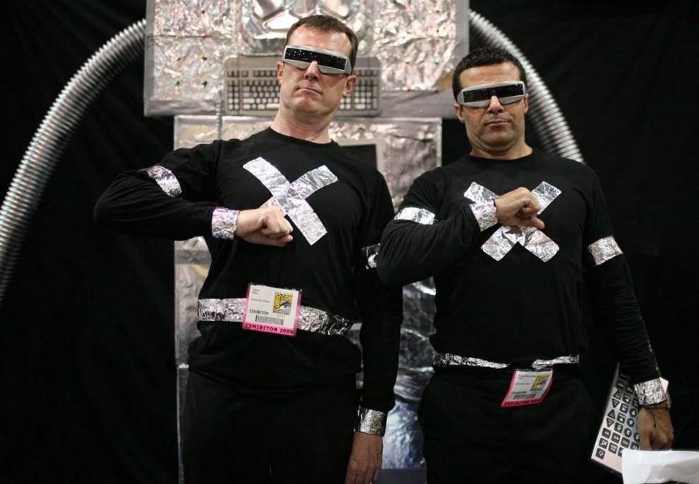 33) Одевшись соответствующим образом, комики Джеймс Бейкер (слева) и Роуд Монтийо позируют перед камерами на фестивале Comic-Con в Сан-Диего 22 июля, 2009. (Sean Masterson/EPA)
