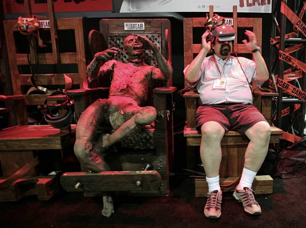 31) Международный фестиваль Comic-Con, который собрал в Сан-Диего почти 100 тысяч поклонников комиксов, отмечает в этом году свое 40-летие. На фотографии посетитель Ангело Ангуиано (справа) принимает участие в эксперименте во время предварительного осмотра выставки 22 июля, 2009. (Denis Poroy/AP)