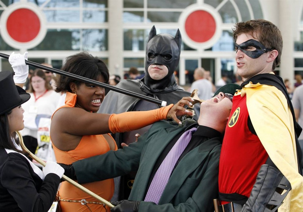 30) В очереди на открытие фестиваля Comic-Con 2009 22 июля смешались добрые и злые персонажи, дружелюбные и не очень. Персонажи слева направо: фокусница Затанна (в цилиндре), сепергероиня Лисица, Бэтмен, мерзкий Риддлер и Робин. (Denis Poroy/AP)