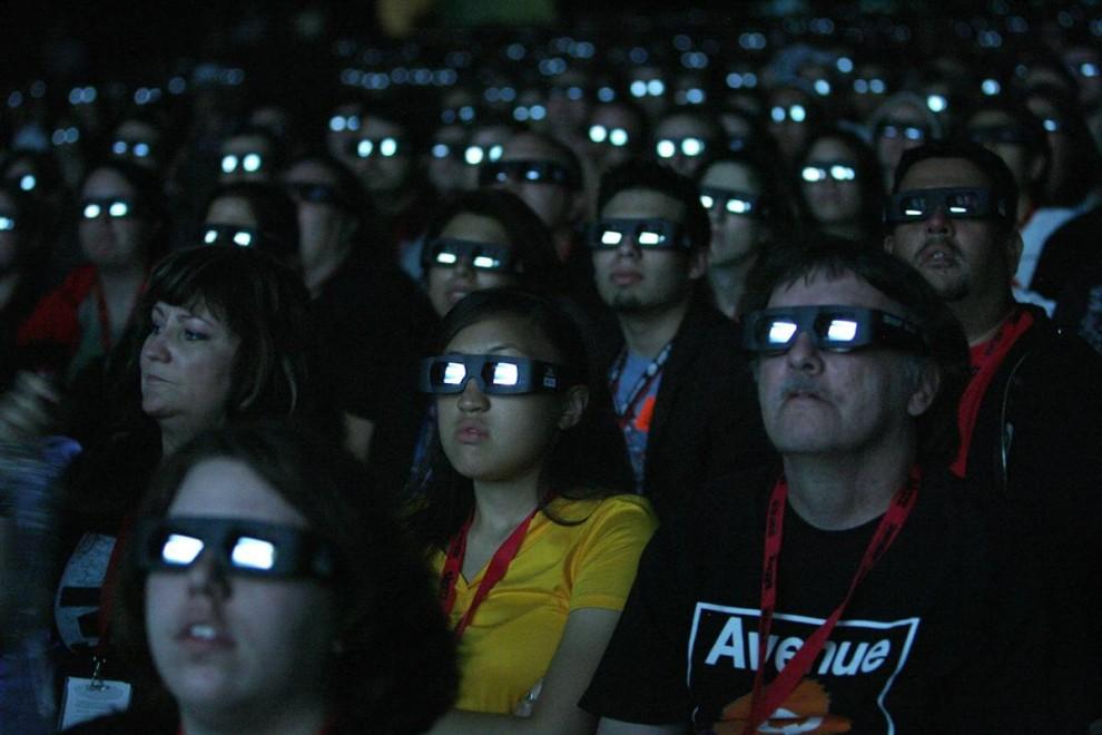 26) Предварительный закрытый просмотр фантастического 3-D фильма «Аватар» режиссера Джеймса Камерона. Во время просмотра зрители использовали специальные 3-D очки. (Mario Anzuoni/Reuters)