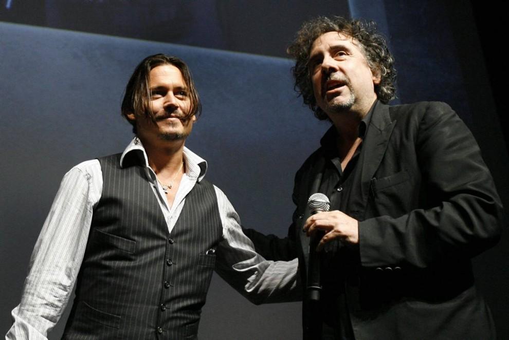 21) Актер Джонни Депп (слева) и режиссер Тим Бартон на сцене во время презентации нового фильма «Алиса в стране чудес». (Mario Anzuoni/Reuters)