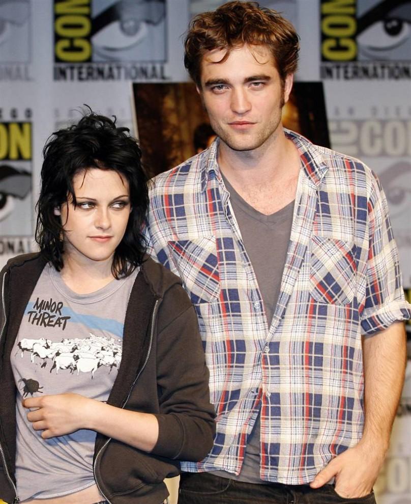 20) Кристен Стюарт (слева) и Роберт Паттинсон на презентации нового фильма о вампирах  «Сумерки: новолуние» на фестивале Comic-Con 2009 в Сан-Диего, четверг, 23 июля, 2009.  Это второй фильм из серии «Сумерки». (Denis Poroy/AP)