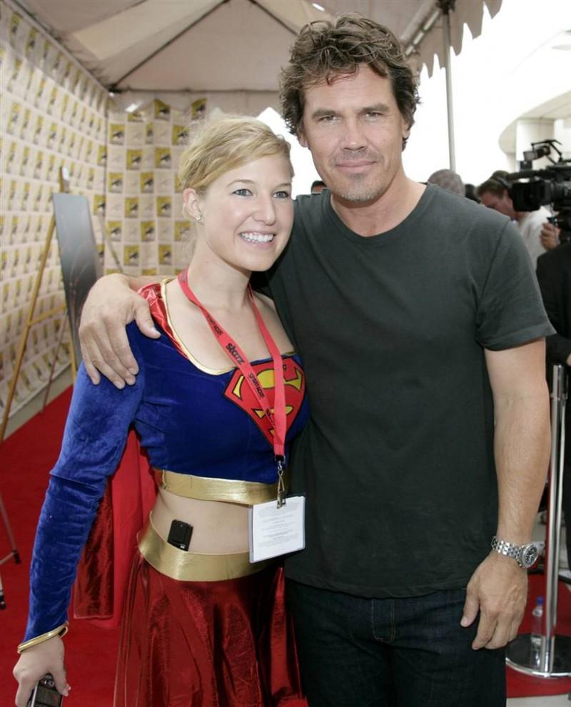 11) Актер Джош Бролин (справа) фотографируется с журналисткой в костюме «Supergirl» на презентации своего нового фильма «Джона Хекс» (Jonah Hex). (Denis Poroy/AP)