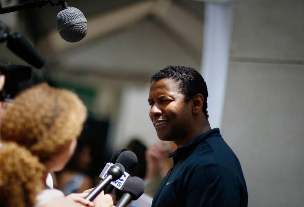8) Дензел Вашингтон, обладатель Оскара, дает интервью на презентации своего нового постапокалиптического триллера «Книга Илая» (The Book of Eli), который выйдет в 2010. (Mario Anzuoni/Reuters)