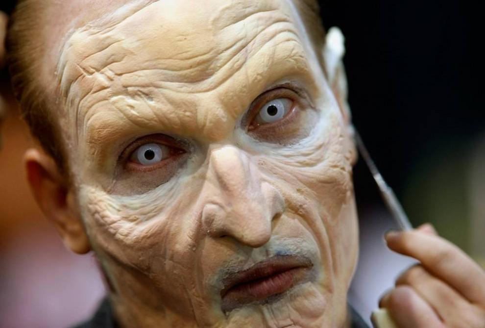 6) Гример работает над созданием образа страшного персонажа во время 40-го ежегодного  фестиваля Comic-Con в Сан-Диего. (Mike Blake/Reuters)