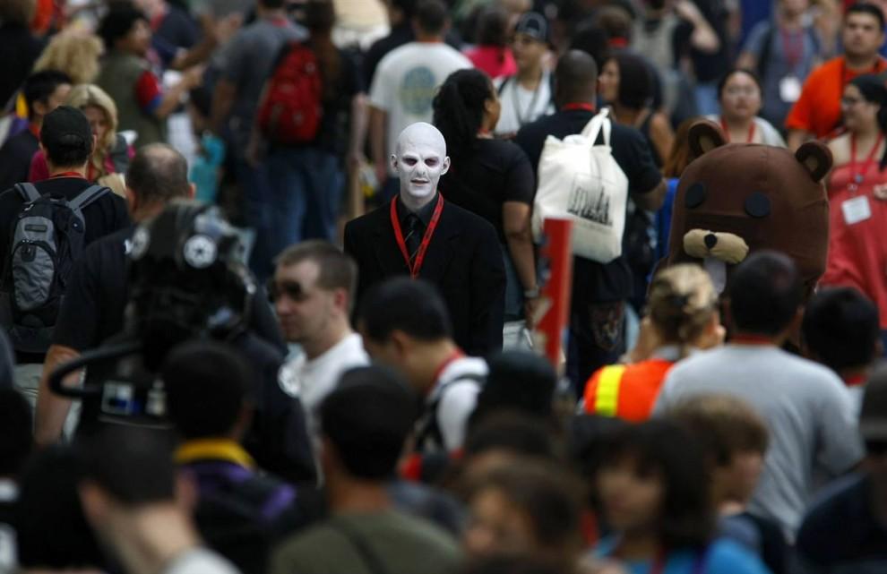 4) Тысяч посетителей собрались на фестивале Comic-Con в субботу, 25 июля. Среди толпы можно увидеть Педомедведя (медведя-педофила), одного из интернетовских мемов. (справа). (Mike Blake/Reuters)