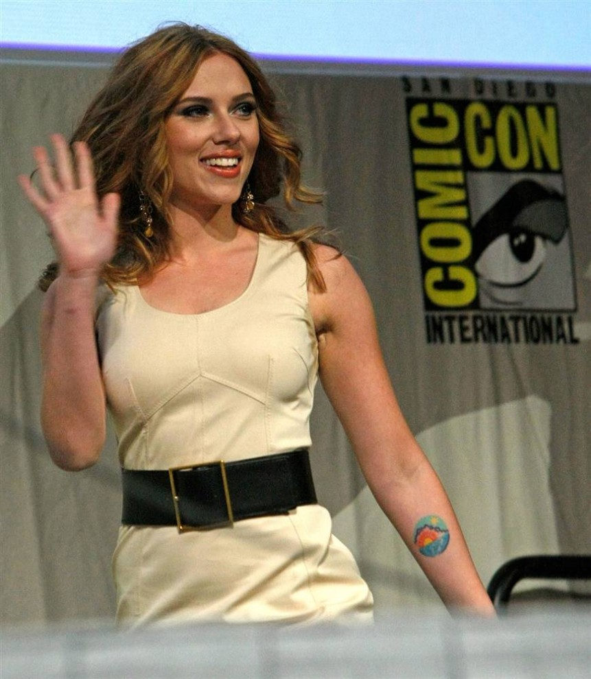 """3) Актриса Скарлетт Йоханссон во время пресс-конференции на презентации фильма """"Железный Человек 2"""" (Iron Man 2) на фестивале Comic-Con 2009 в субботу, 25 июля, в Сан-Диего. (Michael Buckner/Getty Images)"""