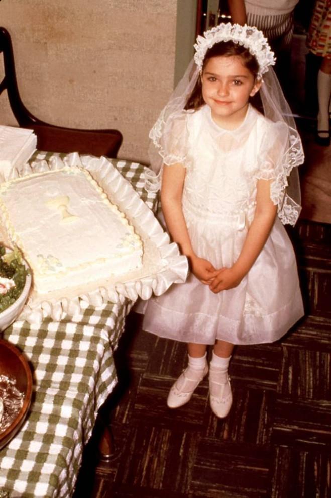 26) Мадонна выросла в католической семье на окраине Детройта. Когда девочке было всего 5 лет, в 1963 году от рака легких умирает ее мать. По признанию певицы изданию NBC's Meredith Vieira именно из-за этой трагедии она всегда испытывает родственные чувства к детям, потерявшим родителей. (Everett Collection)