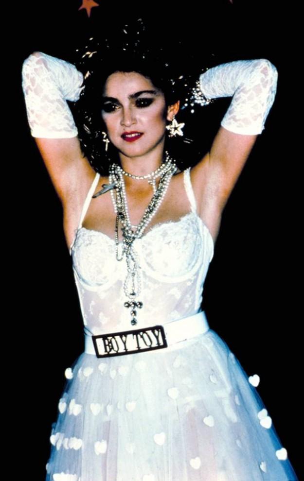 """25) Этот провокационный хит певицы продержался на вершине чартов в 1984 и 1985 годах. Исполнение хита """"Like a Virgin"""" на MTV Video Music Awards запомнилось выступлением певицы в белом свадебном платье. (Courtesy Everett Collection)"""