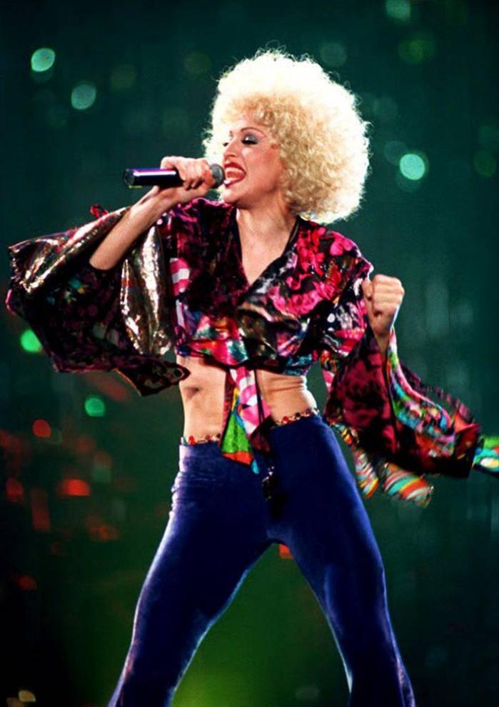 """20) В 1993 году Мадонна начинает турне """"The Girlie Show"""" в поддержку своего первого студийного альбома «Эротика». Одновременно с альбомом певица выпускает книгу под названием «S-E-X», в которой содержались эротические фотографии ее самой, моделей и некоторых других знаменитостей. (Bertrand Guay/AFP - Getty Images)"""