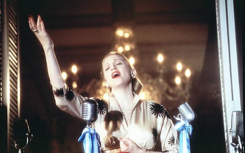 19) В 1996 году после долгих уговоров Мадонна согласилась на роль Евы Перон в мюзикле Эндрю Ллойда Веббера «Эвита». За эту роль певица получила «Золотой Глобус» в номинации «Лучшая актриса в мюзикле/комедии». Во время съемок актриса была беременна своим первым ребенком, дочерью Лурдес Мария (Лола) Чикконе Леон. (Buena Vista Pictures)