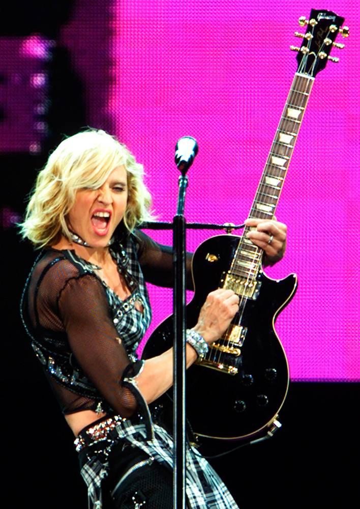 """16) Мадонна в шотландском килте играет на гитаре во время мирового турне """"Drowned"""" в 2001 году. Это был ее первый тур после того, как 8 лет назад в 1993 году состоялось турне """"The Girlie Show"""". (Colin Braley/REUTERS)"""
