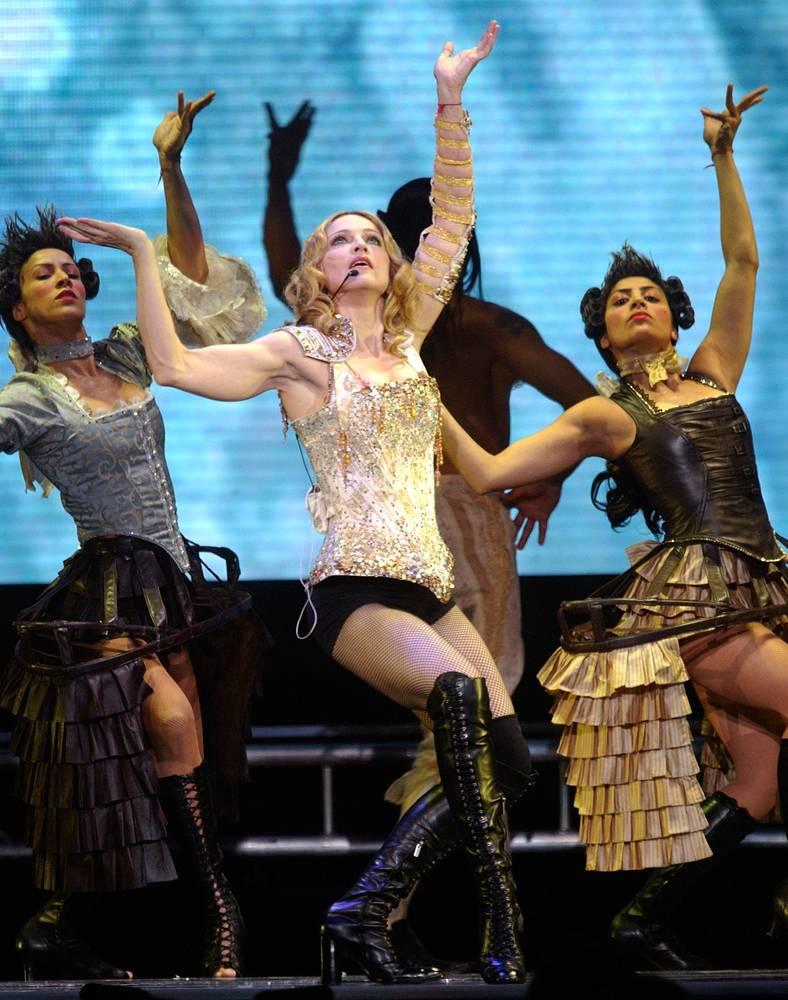 11) Выступление Мадонны во время тура Re-Invention в 2004 году. На левом запястье певицы красная нить, символизирующая приверженность к учению иудейского происхождения – Каббале. Мадонна увлеклась каббалистикой еще в конце 90-х. (Chad Rachman/AP)