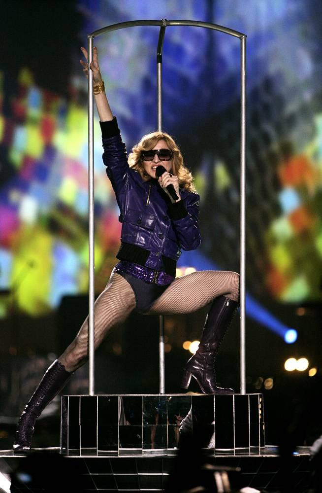 """14) Мадонна исполняет хит """"Hung Up"""" из десятого альбома """"Confessions on a Dance Floor"""" на 12-м ежегодном вручении Премии MTV в Лиссабоне, Португалия. (Dave Hogan/Getty Images for MTV)"""