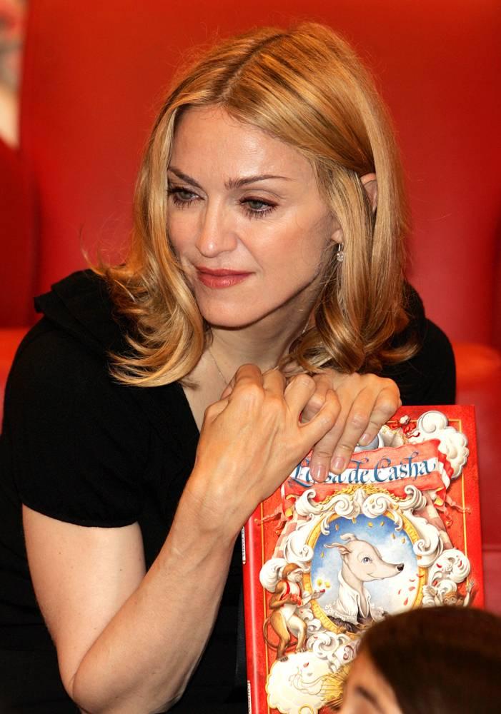 """12) В 2003 году Мадонна выпускает свою первую детскую книгу """"The English Roses"""" («Английские розы»). Позже она выпускает сказку """"Lotsa de Casha"""", в которой рассказывается о том, что за деньги нельзя купить любовь и счастье. (Frank Micelotta/Getty Images)"""