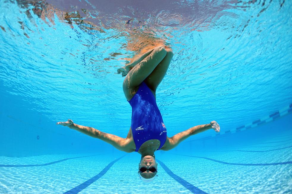 1) Дженна Рандалл из Великобритании во время тренировки перед индивидуальными соревнованиями по синхронному плаванию в одиночном разряде среди женщин 17 июля в Риме. (Getty Images/Clive Rose)