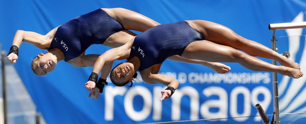 4) Мэри Бет Дунничай и Хейли Хишимацу из США во время выполнения синхронных прыжков с 10-метровой вышки на Чемпионате мира по водным видам спорта FINA в Риме в воскресенье, 19 июля. (AP/Michael Sohn)