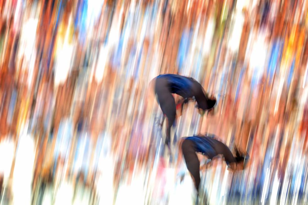 12) Итальянские спортсменки Валентина Мароччи и Бренда Спациани во время выполнения синхронных прыжков с 10-метровой вышки 19 июля, на Чемпионате мира по водным видам спорта FINA в Риме. Китайская пара Чен Руолин и Ван Синь снова, как и в прошлом году, завоевали золото, американки Мэри Бет Дунничай и Хейли Хишимацу заняли второе место, а спортсменки из Малайзии, Леонг Мун Йи и Панделела Памг взяли бронзу. (AFP/Getty Images/Martin Bureau)