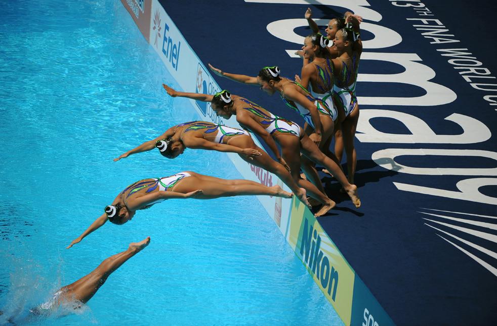 13) Японская команда по синхронному плаванию на Чемпионате мира по водным видам спорта FINA в Риме 18 июля. (AFP/Getty Images/Christophe Simon)