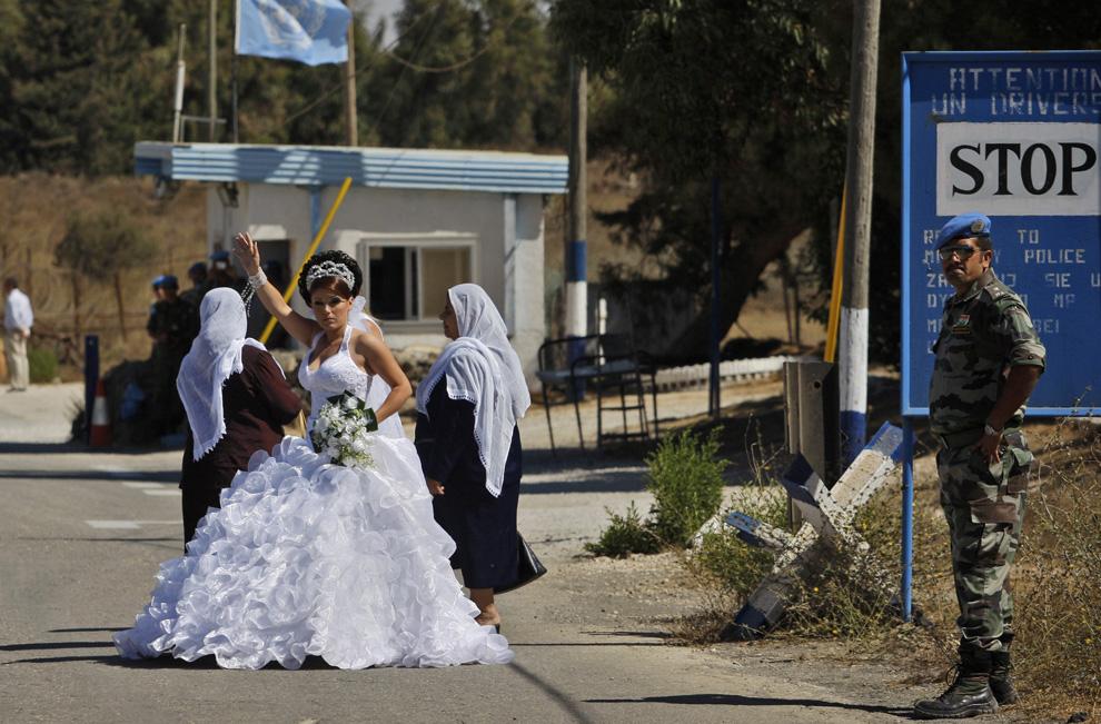 1) Израильско-друзская невеста Арин Сафади в буферной зоне ООН возле сирийского города Эль-Кунейтра на Голанских высотах, чтобы выйти замуж на сирийско-друзского жениха 25 Сентябрь 2008. После того, как она попадет на территорию Сирии, ей уже никогда нельзя будет вернуться назад в Израиль. (AP Photo/Dan Balilty)