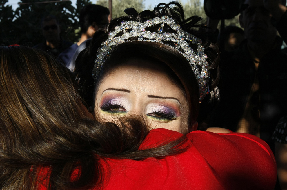 """2) Невеста Арин Сафади обнимает свою родственницу, навсегда уезжая из дома 25 сентября 2008 года в своей деревне Эйн Qiniya на Голанских высотах, стратегическом плато, что Израиль захваченные у Сирии в 1967 Шесть дней войны """". (MENAHEM KAHANA/AFP/Getty Images)"""