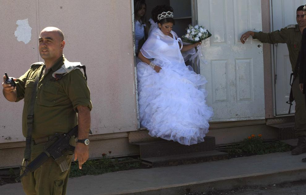 4) Арин Сафади готовится пересечь израильско-сирийскую границу 25 сентября 2008 после ухода из своего дома. (MENAHEM KAHANA/AFP/Getty Images)
