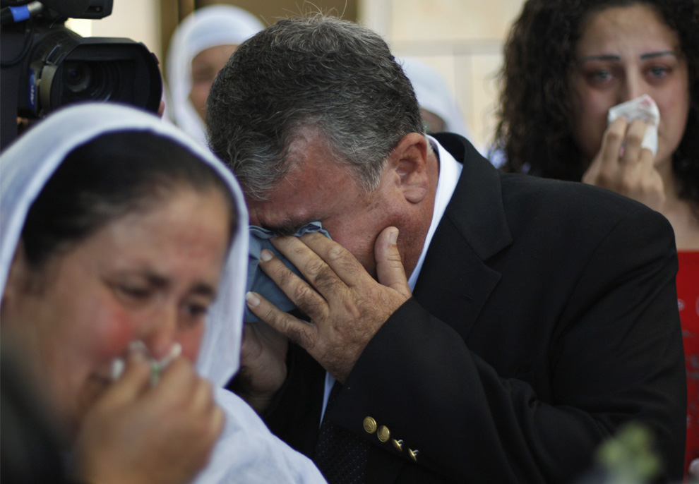 5) Друзья и родственники в израильско-друзской невесты Арин Сафади плачут во время ее отъезда в буферной зоне ООН на Голанских высотах. (AP Photo/Dan Balilty)