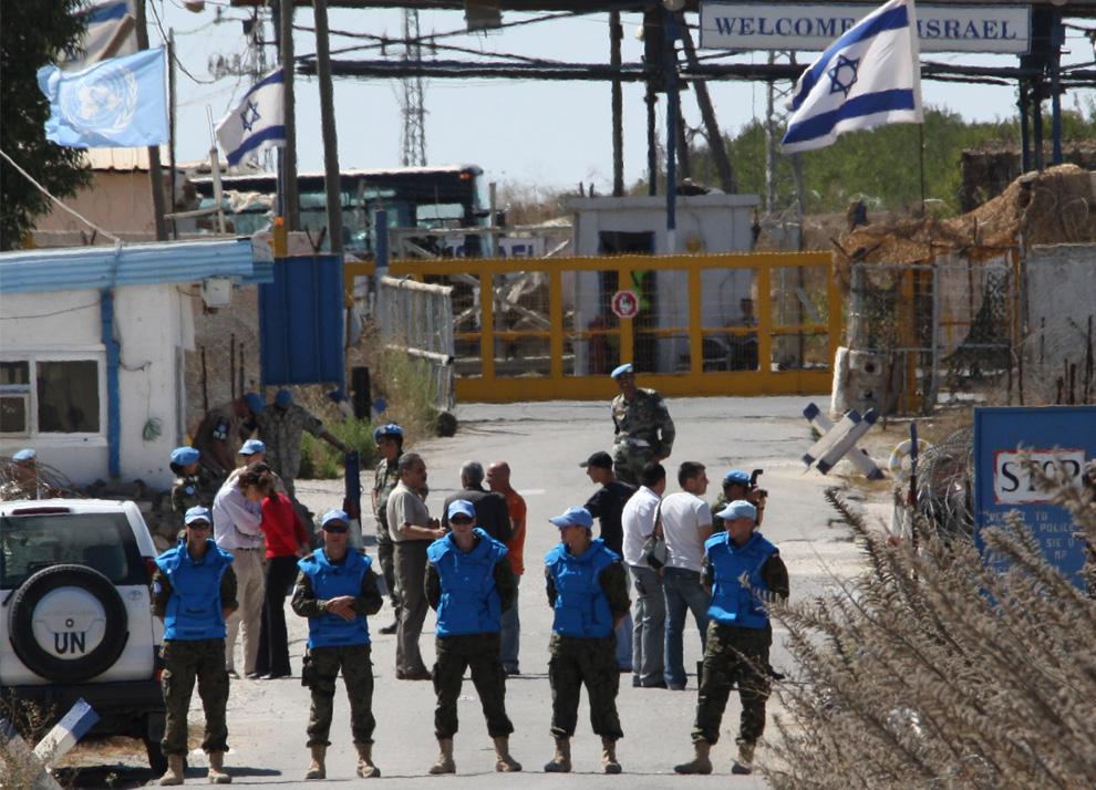 6) Пограничники ООН стоят на посту на сирийско-израильской границе в Кунейтре, в то время как невеста Арин Сафади переходит на территорию Сирии 25 сентября 2008. (LOUAI BESHARA/AFP/Getty Images)