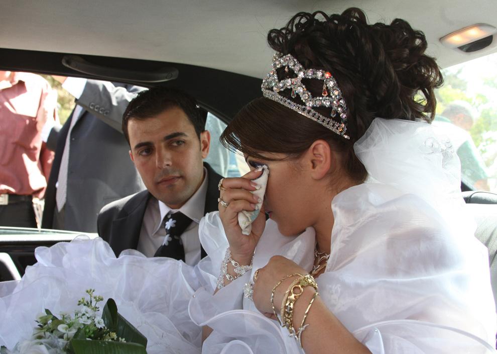 10) Арин Сафади вытирает слезы, сидя со своим женихом в автомобиле 25 сентября 2008 после пересечения израильско-сирийской границы. (LOUAI BESHARA/AFP/Getty Images)
