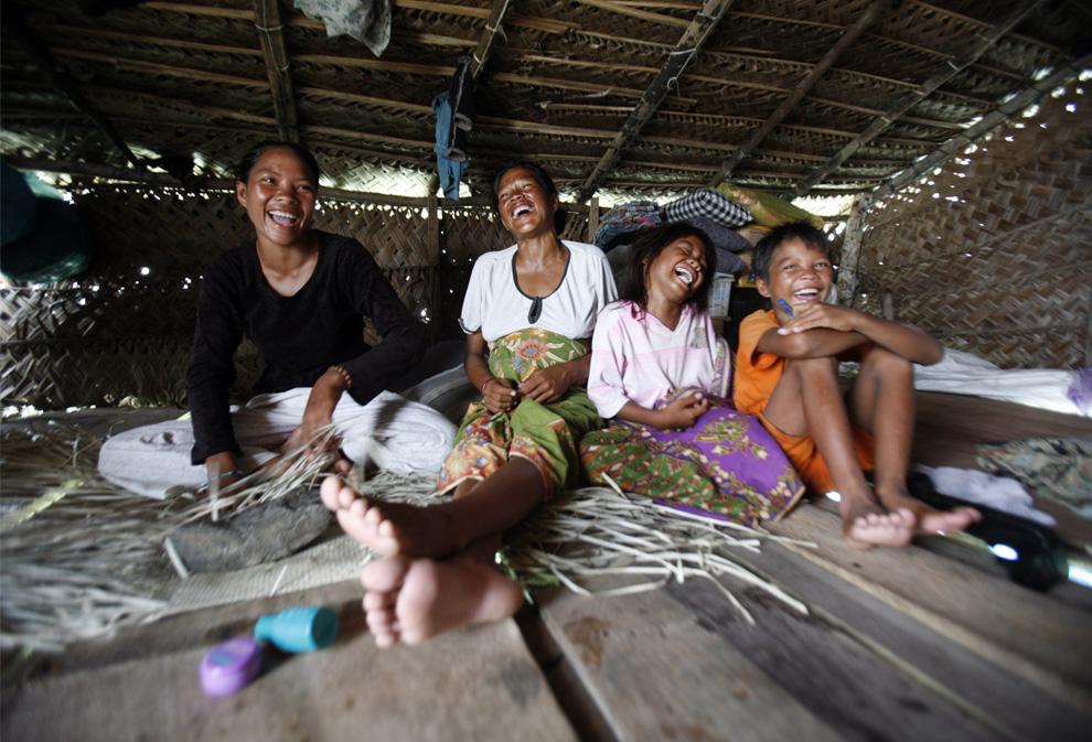 7) Семейство собралось в своей хижине в море Сулавеси в Малайзии 17 февраля 2009. (REUTERS/Bazuki Muhammad)