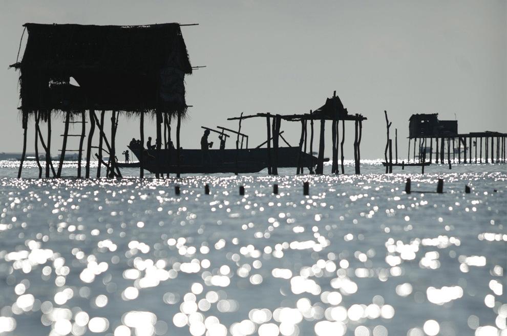 6) Хижины на сваях – жилище морских цыган в океанических водах Малайзии состояние Сабах. Снимок сделан 17 февраля 2009. (REUTERS/Bazuki Muhammad (MALAYSIA)