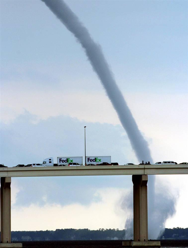 4) Водяной смерч над рекой Св. Джона в центре Джексонвилля, штат Флорида, 26 июня. (Jason Pratt/The Florida Times-Union via AP)
