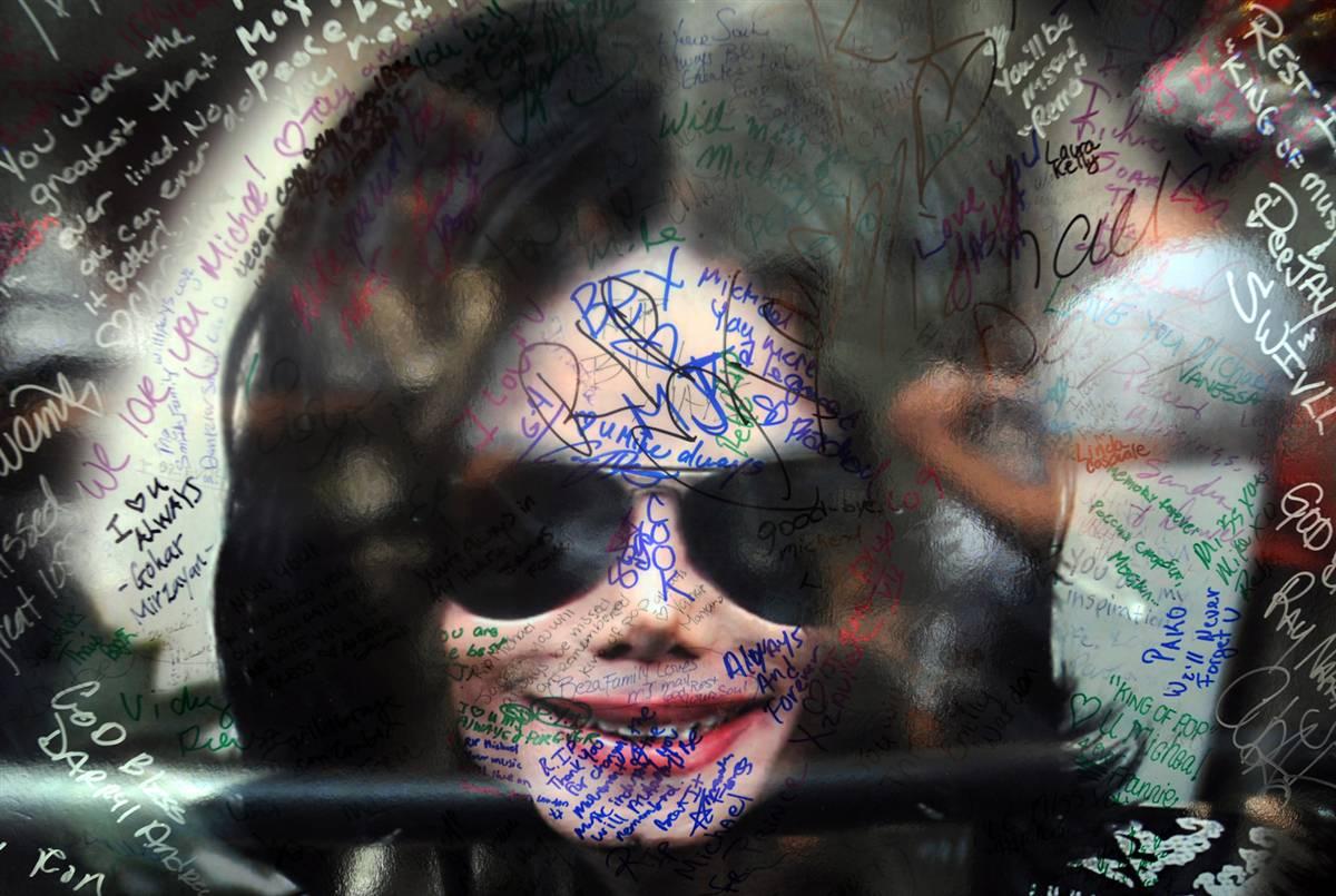 7) Фанаты подписали плакат Майкла Джексона недалеко от его звезды на голливудском бульваре 29 июня. Мать Джексона получила временную опеку над его детьми. Вероятно вслед за смертью поп-иконы грядет начало юридической борьбы. (Gabriel Bouys/AFP - Getty Images)