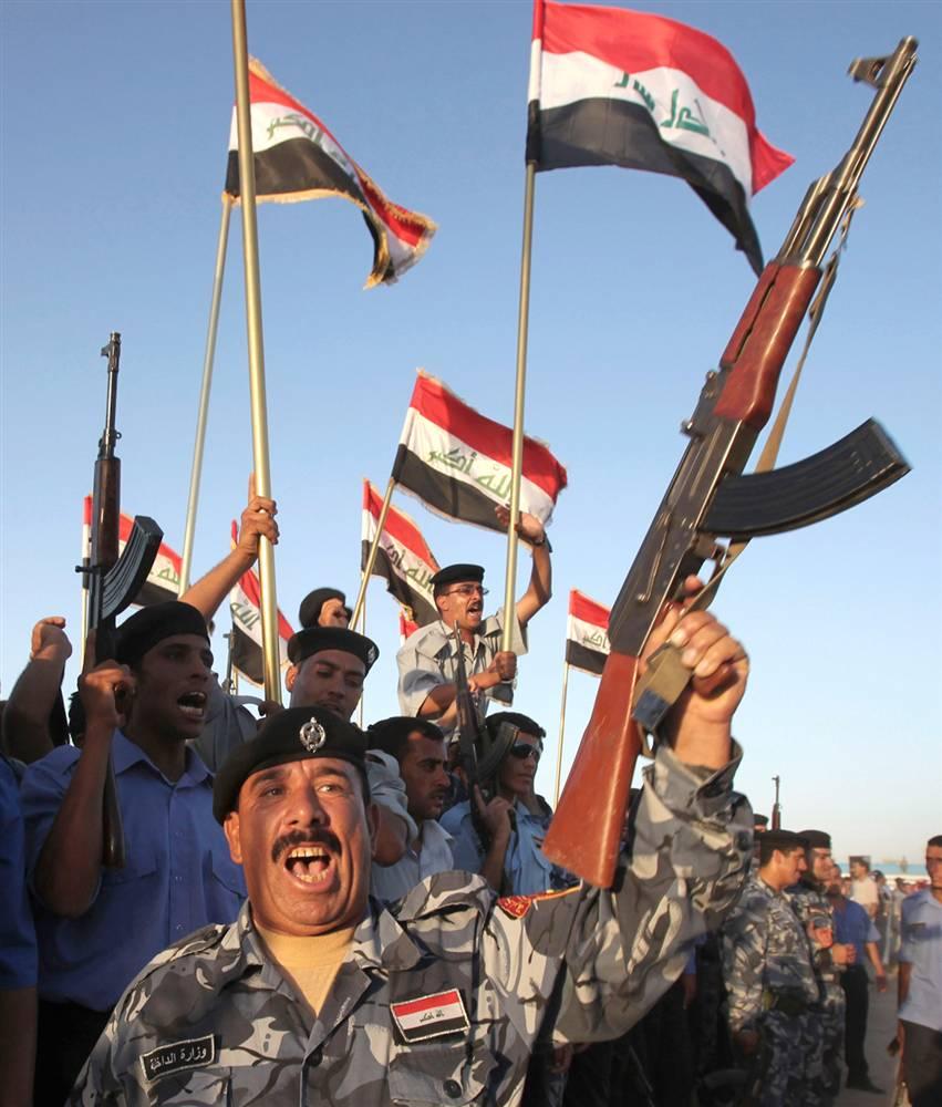 10) Иракские силы безопасности празднуют вывод войск США из иракских городов в Рамади, столице провинции Анбар, 29 июня. Американские войска были окончательно выведены из иракских городов во вторник, 30 июня. Это стало первым шагом к полному выводу американских войск из Ирака, запланированному на конец 2011 года. (Karim Kadim/AP)