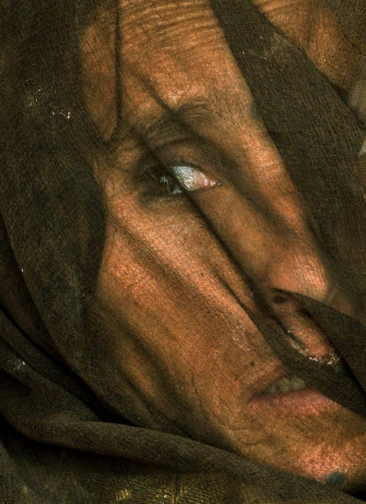 7) Беженка пуштунка закрывает лицо во время лицо во время встречи у деревни Кафта Хана в провинции Баглан на севере Афганистана. Сотни пуштуны были вынуждены покинуть свои деревни местных таджиков в крае. (Bela Szandelszky/AP)