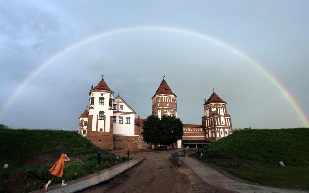 3) Радуга над средневековым замком в белорусском поселке Мир, в 100 км. к западу от Минска, 2 июля. (AP/Sergei Grits)