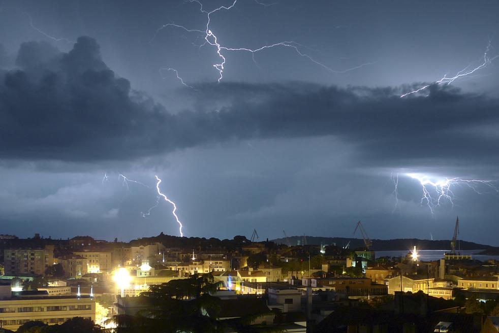 2) Вспышки молний освещают небо над хорватским городом Пула, 10 июля. (AP/Darko Bandic)
